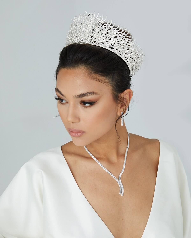 Entre los tocados más impactantes por sus detalles, destaca Ava Crown, una obra maestra en cuanto a tiaras y coronas para novias. En Bridal Room Boutique tenemos los mejores precios de accesorios para novias y bodas en Venezuela