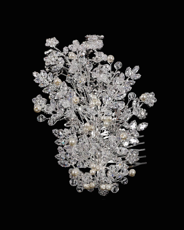 Delicados detalles en pedrería de zirconia. Magnífico estilo que le recuerda la belleza de la naturaleza, con perlas finamente colocadas en este tocado para novias en Venezuela