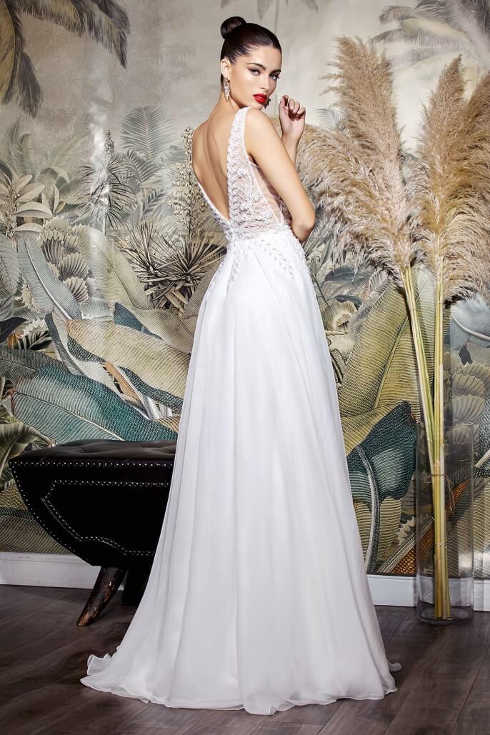 Vestidos de novia silueta de corte A con escote en V pronunciado. Nina es un diseño de vestido de novia muy elegante, sin mangas con encajes de bordado y cola de barrido