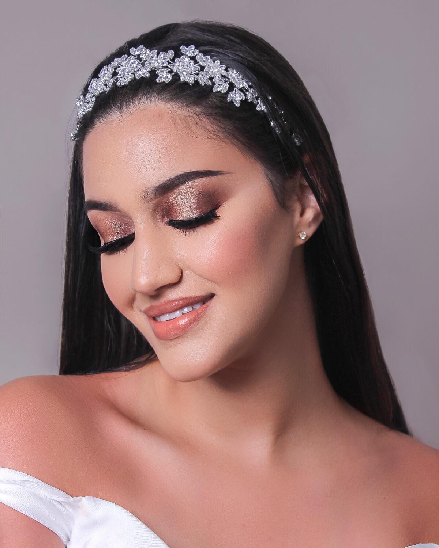 El modelo Ellinor es uno de nuestros favoritos acccesorios para bodas en cuanto a cintillos para novias. Combinado con el vestido de novia ideal, te verás como una auténtica princesa moderna