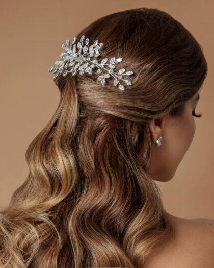 Entre los más hermosos tocados para novias, destaca el cintillo o peineta de bodas Fiaora, un espectacular accesorios con motivos florales y cristales de zirconia de la mejor calidad y precio