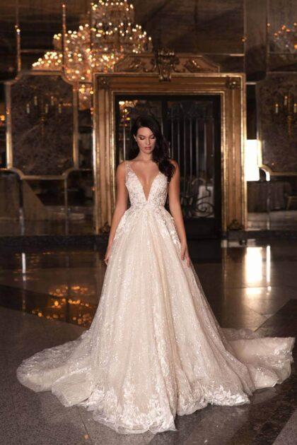 Logra concebir un majestuoso look nupcial y deslumbra a todos con tu vestimenta - El vestido de novias Azalia by WONÁ Concept está disponible en nuestras boutiques para novias en Venezuela: Caracas y Margarita