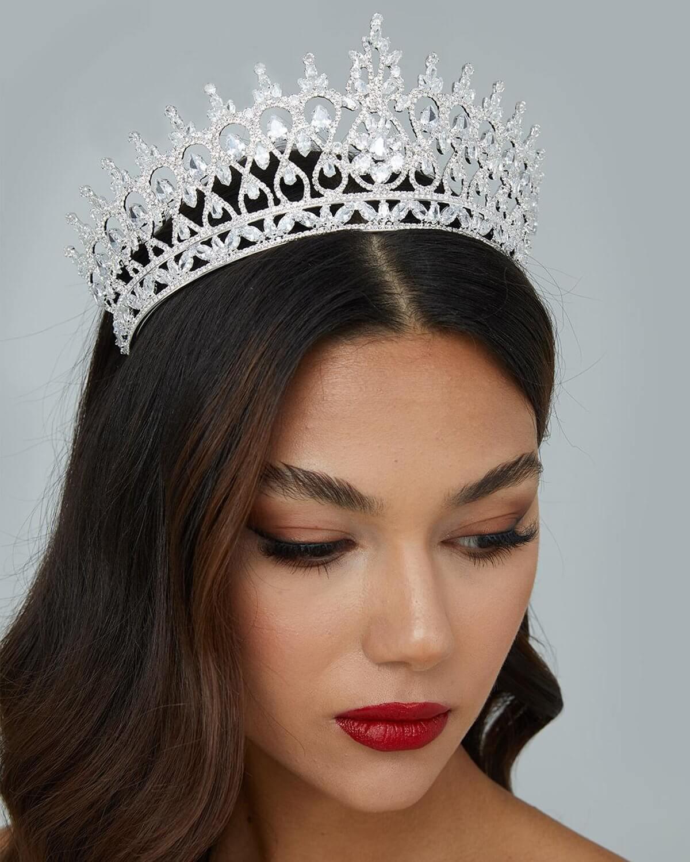 ¿Qué mejorar para resaltar tu mirada que una majestuosa corona de novias? Sé la reina en tu boda y deslumbra a todos con la bella tiara para bodas Grace Crown de nuestra colección de accesorios nupciales