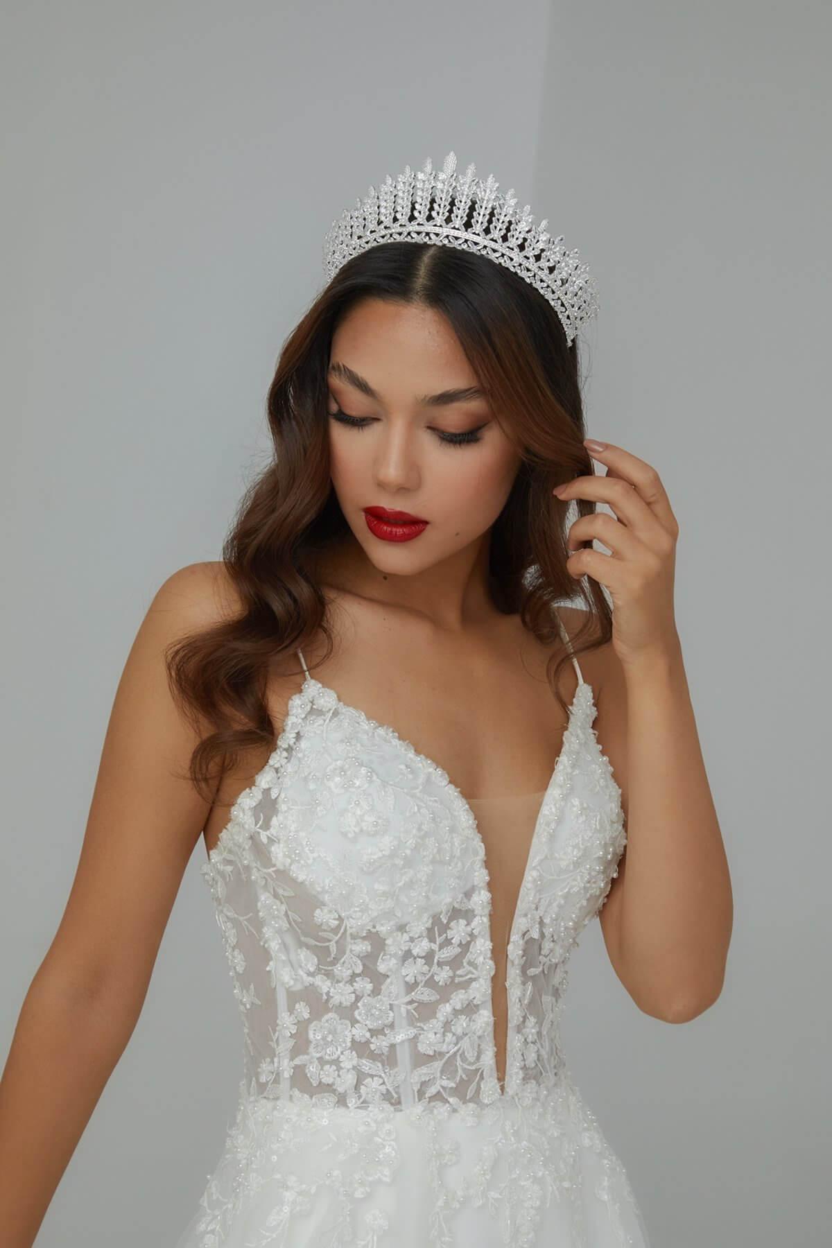 Algunas niñas sueñan con convertirse en princesas. Con este tocado de novias en Venezuela lo conseguirás. Que tu boda sea uno de los días más felices de tu vida
