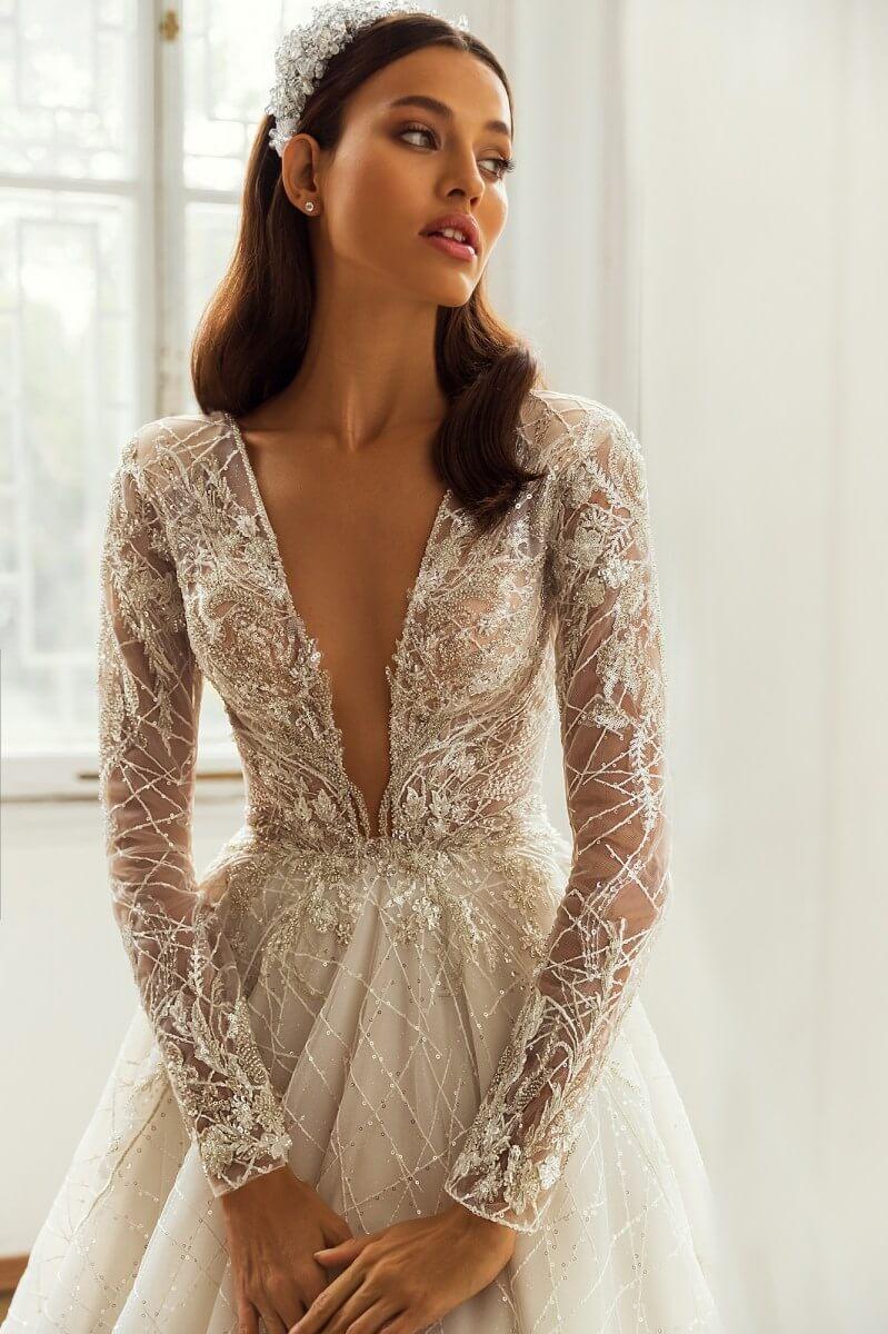 Vestidos de novias Kayley - Hermosos diseños elegantes con transparencia y un escote en V profundo - Compra vestidos de novia con corte princesa y corte A en nuestras boutiques