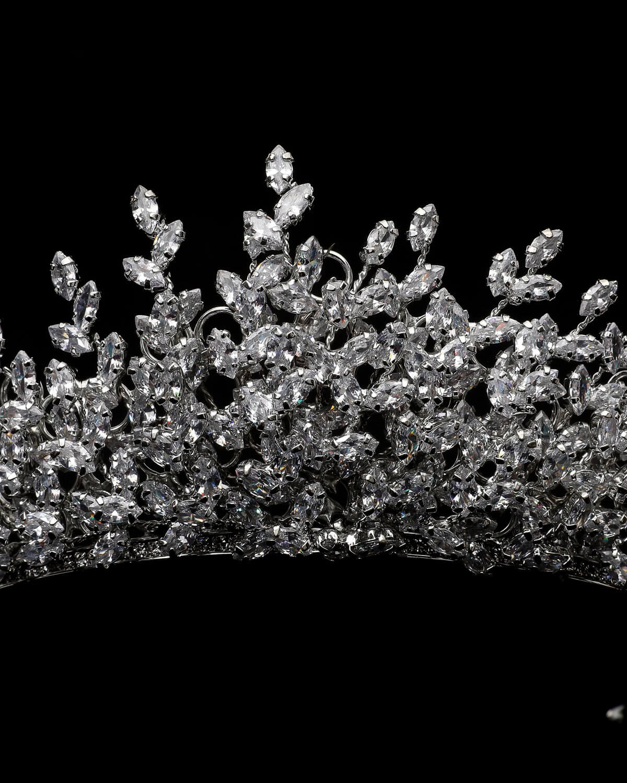 Detalles de la fina y delicada pedrería de esta hermosa corona para novias. Haz de tu boda el mejor día de tu vida. Adquiere online accesorios para tu boda en Venezuela. Somos más que vestidos de novia