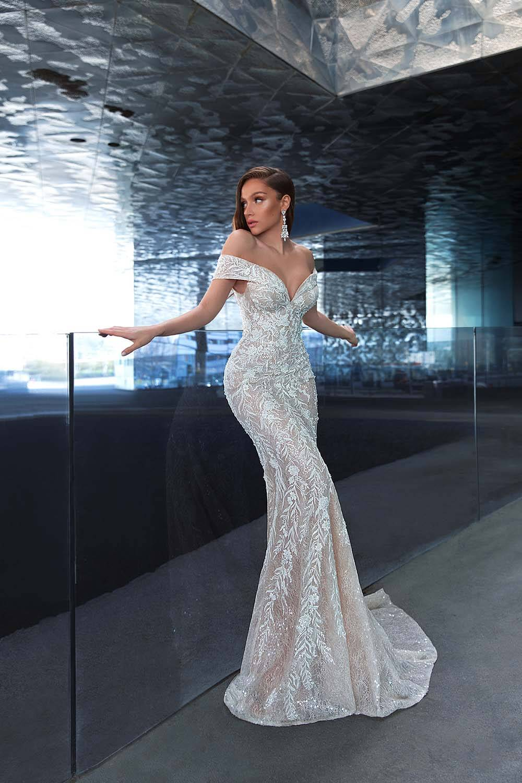 El vestido de novia Marika de WONÁ Concept es uno de nuestros favoritos en Venezuela, con su espectacular bordado y lentejuelas en tela chantilly, está entre los mejores con corte sirena y una majestuosa sobrefalda