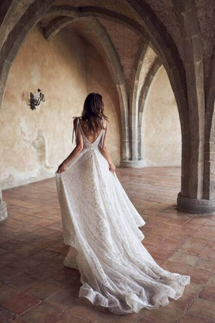 Vestidos de novia con tejido floral, escarcha, brillo y transparencias, así es el modelo Ester de WONÁ Concept, consigue tu vestido de novias en Venezuela con BridalRoomBoutique