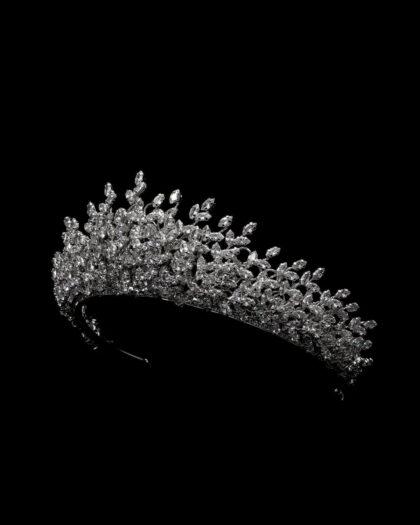Detalles en zirconia (zircones), hermosos brillanes y acabado plateado que hacen de la corona Antonine, una tocado de novia ideal para las futuras esposas que buscan lujo y sofisticación al mejor precio