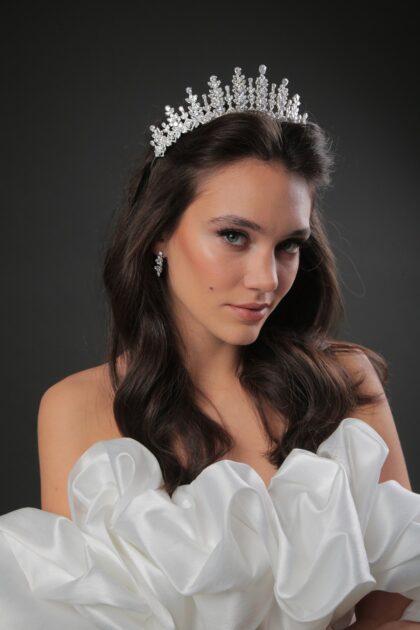 Ya tienes tu vestido de novia ideal, ahora para que luzcas majestuosa e impecable, te hace falta un tocado de novia. La corona Cynthia Crown es un hermoso accesorio de boda hecho con material de alta calidad