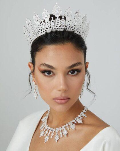 Si has comprado tu vestido de novias en Bridal Room Boutique ¡Felicidades! Porque tenemos para descuentos especiales en coronas, tiaras y tocados para novias en Venezuela. Visítanos en la Isla de Margarita y próximamente en Caracas
