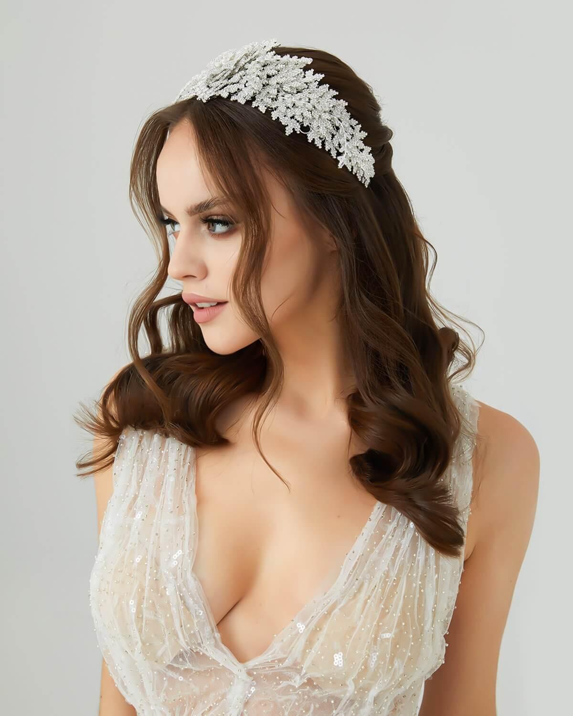 Tocado de novia Annika - Entre los accesorios de bodas que están en tendencia en cuanto a moda nupcial, destaca esta hermosa diadema o cintillo, súper flexible y con zircones