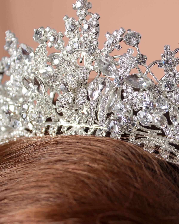 Detalles de la sofisticada Phoebe Crown, un tocado de novia elaborado a mano por artesanos joyeros expertos en moda nupcial, cristales de zirconia de la mejor calidad. Tenemos los mejores precios y estilos de tocados de novia en Venezuela