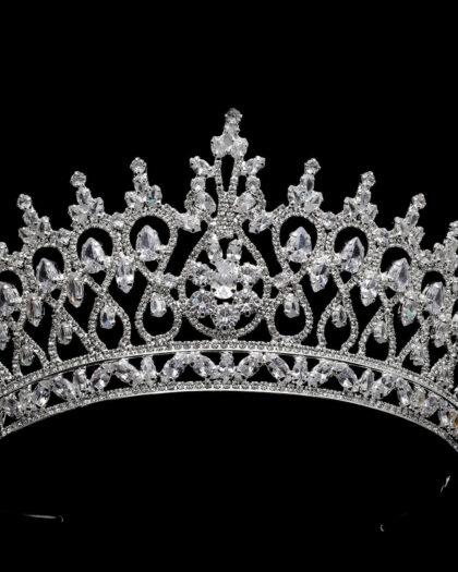 Fotografía en macro de los detalles de pedrería de la Grace Crown una obra digan para una reina. Luce un tocado magnífico el día de tu boda en Venezuela