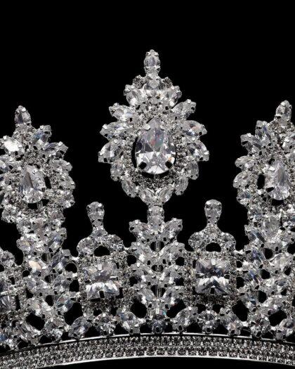 Coronas para novias, detalles de pedrería de la más alta calidad. Zircones y cristales para darle un toque de lujo y brillo a tu boda. Consigue los accesorios para tu boda en Venezuela con Bridal Room Boutique