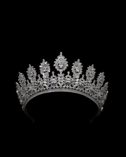 Fotografía profesional del modelo Segrid Crown - Una corona digna de una boda real, luce impactante y majestuosa delante de tu novia e invitados en tu boda