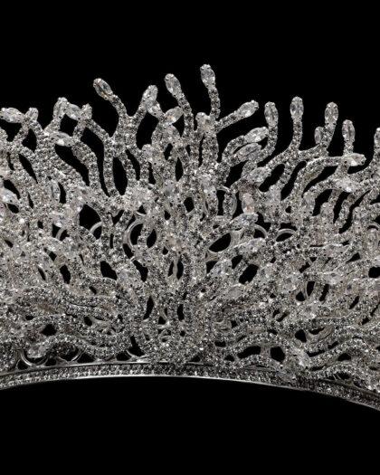 Admira los sofisticados detalles en pedrería de este imponente tocado para novias tipo corona. Ava Crown es uno de nuestros accesorios recomendados para quien deseo ser la reina de la noche
