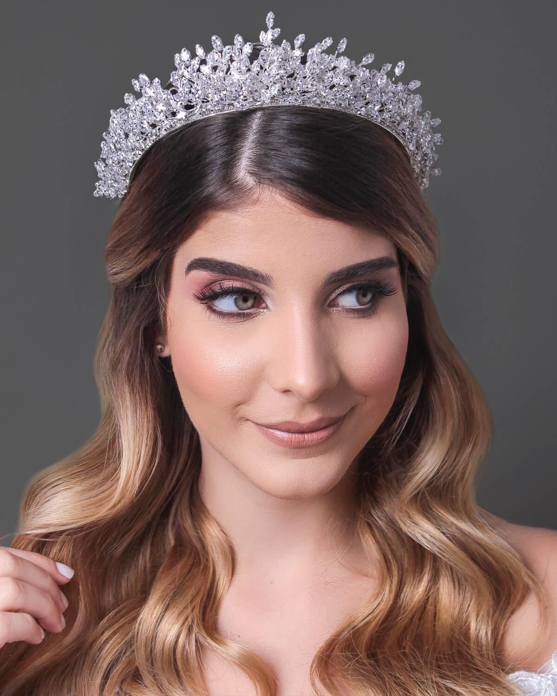 Sisi Crown es un majestuoso tocado tipo corona que te hará ver como una auténtica diva, sublime, suprema. Sé la reina de la noche en tu día tan especial: tu boda. Consíguelo en Bridal Room Boutique Venezuela