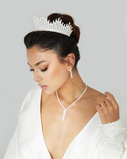 En todas las bodas reales, las futuras espsoas llevan un espectacular tocado de tipo tiara o corona para novias que combina perfectamente con su vestido de novia, logrando una armonía, delicadez y elegancia increíble