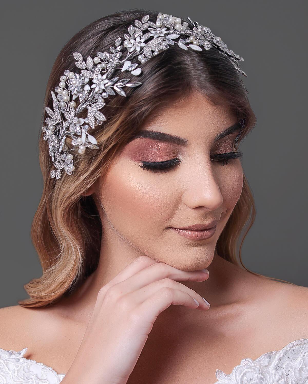 Enamórtate de Jalila, uno de los más hermosos tocados de novia en Venezuela - En Bridal Room Boutique somos expertas en accesorios nupciales, tenemos los más bonitos tocados, diademas, cintillos y tiaras para novias, al mejor precio