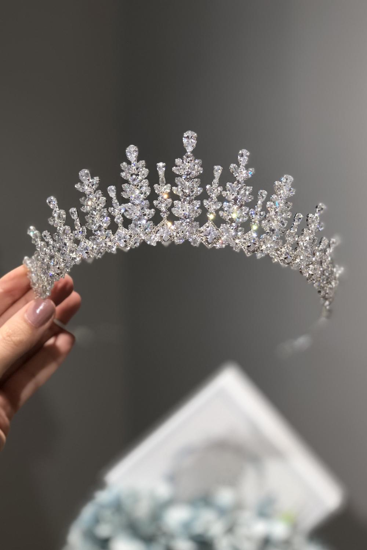 Todos nuestros accesorios de novias están elaborados por artesanos joyeros expertos en moda nupcial, empleando los mejores materiales y cristales de zirconia. Bridal Room Boutique Venezuela