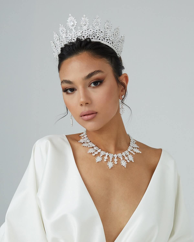 Las tiaras han sido parte de las bodas reales desde siempre, ya que inspiran elegancia y sofisticación. Tenemos todos los accesorios para tu boda, los mejores tocados, coronas y tiaras para novias en Venezuela