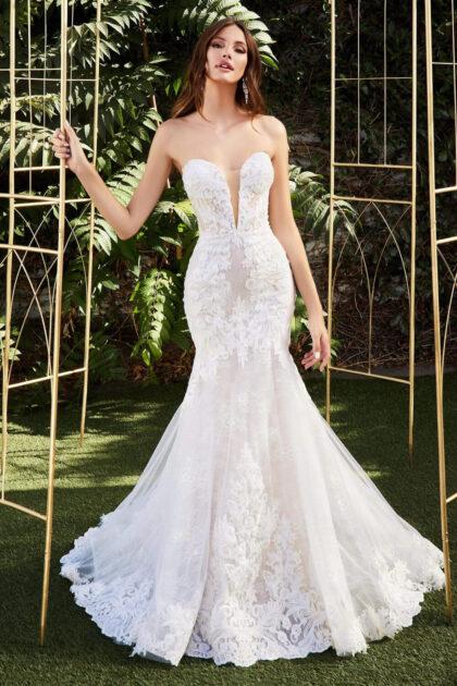 El modelo Athena es un vestido de novia de ensueño, un vestido largo con un escote largo tipo corazón, de encajes y apliques de filigrana y hermosos patrones de bordado para una apariencia más elegante