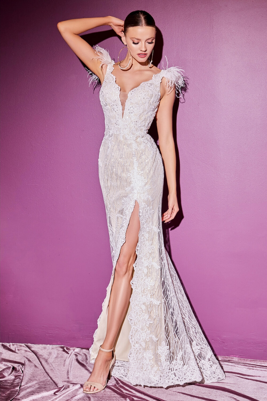 Majestuoso vestido de novia con flecos de plumas y mangas cortas. Consigue tu vestido de novia ideal al mejor precio en nuestra exclusiva tienda boutique para novias en Venezuela