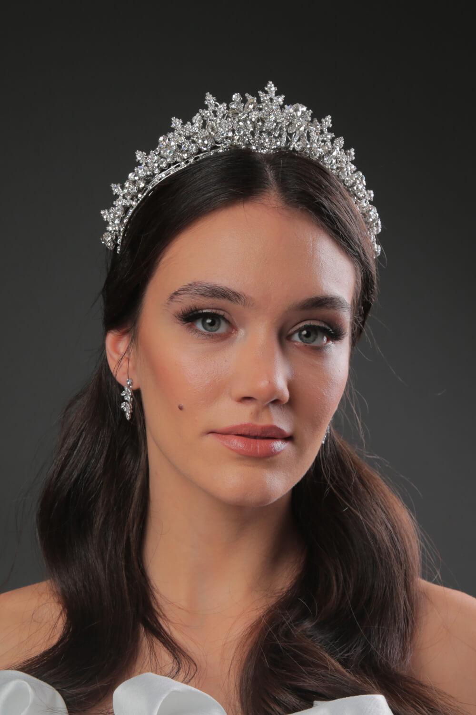 Morgana Crown - Una majestuosa tiara de novia que te hará brillar en tu boda como la reina que eres. Dale más personalidad a tu look nupcial con un tocado de novia tipo corona. Disponible en nuestras boutiques de Margarita y Caracas, Venezuela