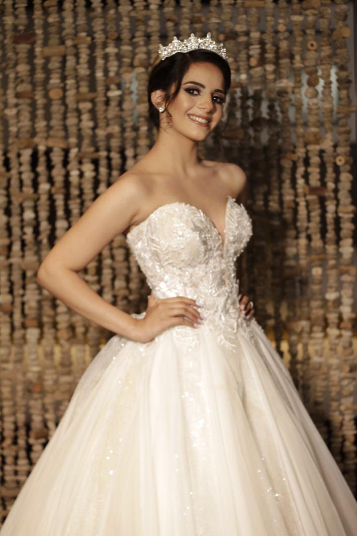 Nura Smaili - La mejor selección de vestidos de novia y tocados para tu boda los conseguirás con Bridal Room Boutique ¡Y al mejor precio!