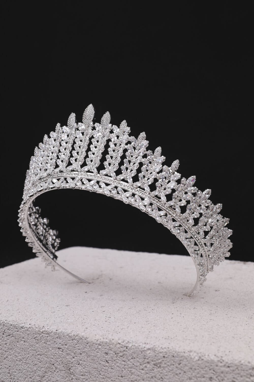 Hali Crown - Tocados para futuras esposas que quieren lucir como reinas, princesas de pie a cabeza. Haz que tu boda sea perfecta complementando tu vestido de novia con un hermoso tocado para novias en Venezuela