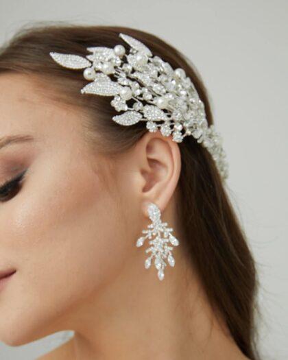 La joyería y los accesorios de bodas son un elemento clave para lograr un look impactante, majestuoso y perfecto el día de tu boda. Visítanos en nuestras tiendas boutiques de novias y consigue al mejor precios cintillos, peinetas, tiaras y tocados en Margarita y Caracas