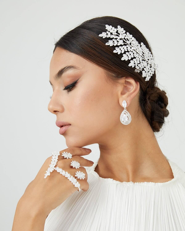 El tocado para novias Hayes es unos de nuestros favoritos. Pide tu cita de accesorios para bodas en Venezuela y visítanos en nuestras tiendas boutique para futuras esposas en la Isla de Margarita y Caracas