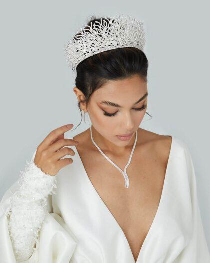 Sorprende a todos con los delicados detalles del tocado para novias Ava Crown. Irradia brillo y sé la reina del día de tu boda en Venezuela