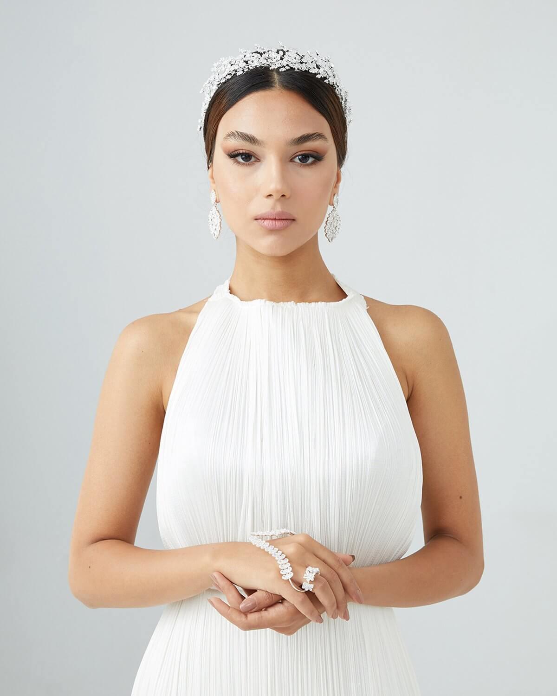 Tocado para novias: Sofia - Luce un estilo angelical con elementos de la naturaleza, haz que tu boda en Venezuela sea un momento mágico cargado de estilo y felicidad