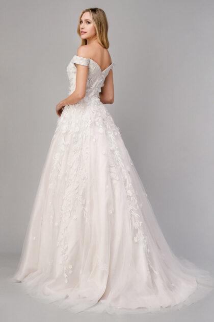 Este vestido de novia está hecho con tela de tul en una voluminosa silueta en A y con una cola de capilla para que seas majestuosa en cada paso que das - Bridal Room Boutique Venezuela
