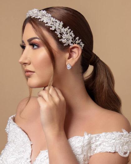 El modelo Linda, es una obra de arte, con su clásico estilo que evoca la naturaleza, logra embellecer el cabello y rostro de la novia, acentuando su personalidad y dándole un toque único a su vestimenta nupcial