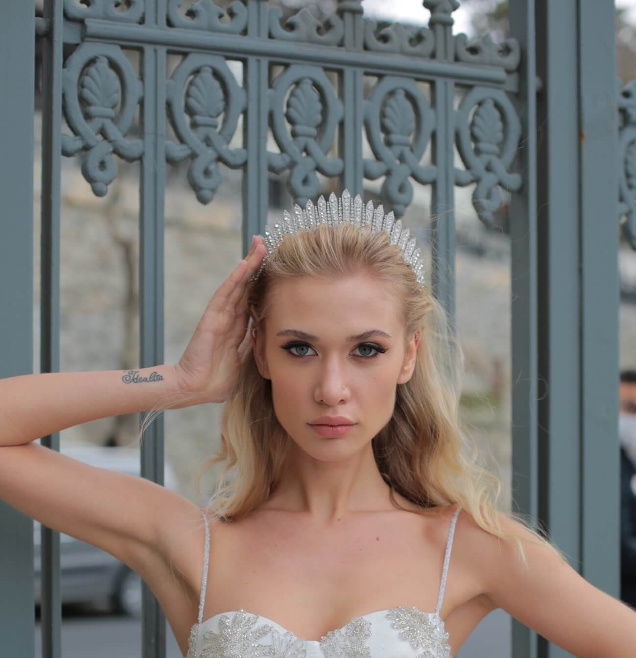 Completa tu look nupcial soñado con nuestros accesorios para novias - El hermoso tocado Jane es una corona con un estilo clásico, elegante cual boda real. Disponible en la Isla de Margarita y próximamente en Caracas, Venezuela