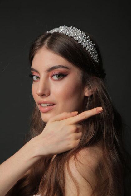 Tocado de novia Madelina - Un precioso y luminoso cintillo con adornos florales y cristales - Consigue los mejores accesorios de bodas en Venezuela con Bridal Room Boutique