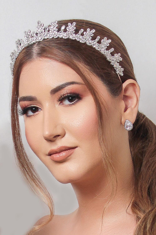 Entre los tocados de novia que más destacan en moda nupcial, se encuentra la Grecia Crown, una majestuosa corona que le dará brillo a tu boda en Venezuela
