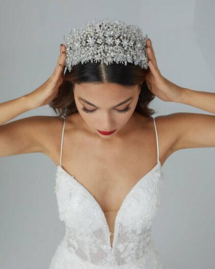 ¡Un gran cintillo para una gran novia! El tocado de novia Kira tiene un montón de delicados detalles florales y acabados en cristales y perlas. Es una auténtica belleza