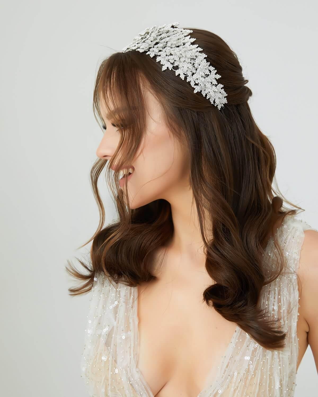 Realizado con los mejores materiales por ingeniosos artesanos y joyeros especialistas en moda nupcial, el tocado de novia Annika, está hecho con detalles florales y de cristales de zircones