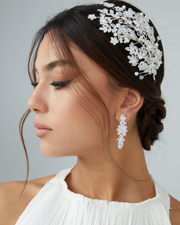 ¿Ya tienes tu vestido de novias? Solo te falta un hermoso tocado para quedar completamente majestuosa. Te asesoraremos al 100% para encontrar tu tocado de novias ideal en Venezuela
