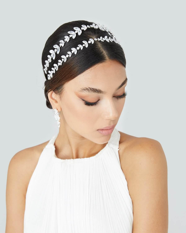 Entre los accesorios de bodas que más nos gustan, destacada el tocado para novias Cleo, con su estilo de doble cintillo, esta diadema para novias te hará lucir única el día de tu boda