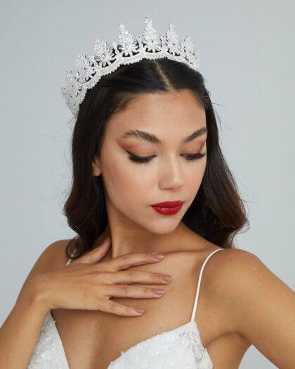 Tocado Mia Crown - Una espectacular tiara en forma de corona que te hará ser la reina de la noche. Tu boda es un día único y súper especial, arma tu look nupcial completa con nosotras