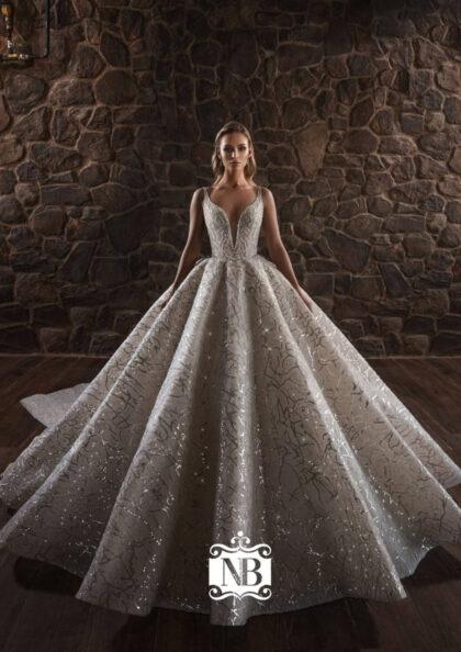 Cada vestido de novia está hecho a mano por el equipo de hábiles artesanos utilizando los mejores cordones, lujosas sedas y exquisitos bordados