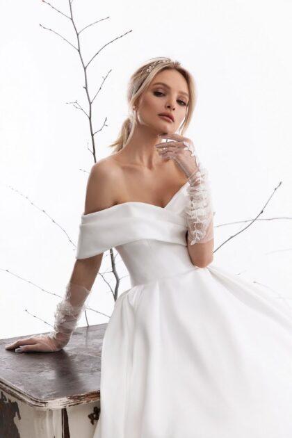 Diseños minimalistas de vestidos de novias en Caracas, Venezuela - De los diseñadores de Lucesposa un precioso vestido de novia de satén con corte princesa y off shoulders