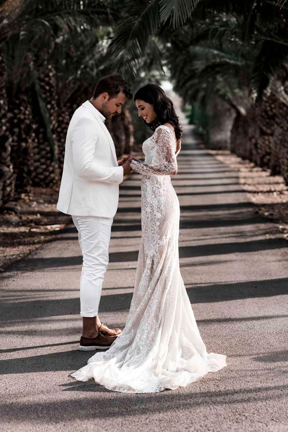 Vestidos de novia corte sirena en Venezuela, hermosa silueta con escote en V y manga larga, consíguelo en nuestras boutiques de Caracas y la Isla de Margarita
