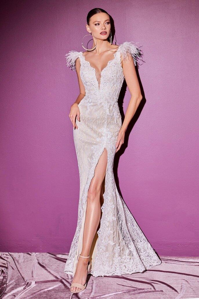 En el modelo Raffaella, la falda sirena se abre con una abertura alta mientras cae en una sutil cola. Consigue tu vestido de novia ideal en Margarita y Caracas, Venezuela