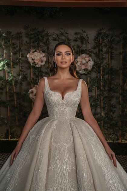 Cada vestido de novia está hecho a mano por el equipo de hábiles artesanos utilizando los mejores cordones, lujosas sedas y exquisitos bordados. Consigue este vestido de novia Nova Bella en Margarita y próximamente en Caracas, Venezuela